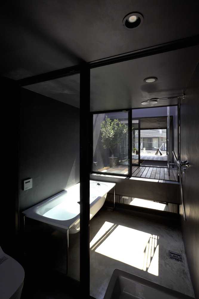 Khu vực phòng tắm đầy đủ tiện nghi và luôn tràn ngập ánh sáng tự nhiên.