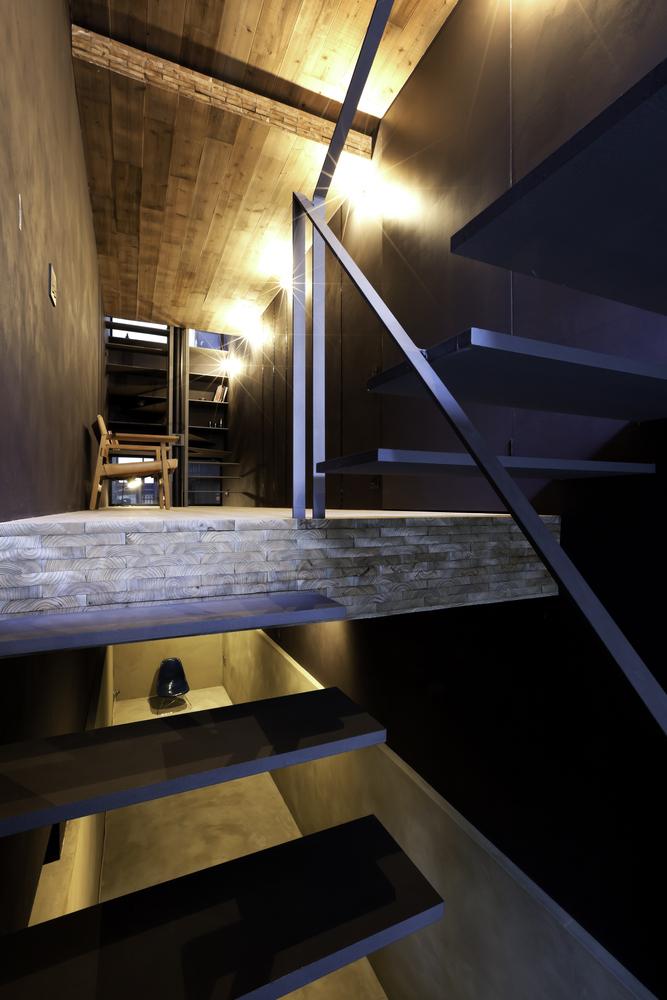 Các tầng nổi trong không gian dài và hẹp tạo ra một không gian rộng, trong khi luồng không khí trong lành và ánh sáng từ mặt tiền và mái nhà, qua các cầu thang được thiết kế thông minh tạo độ thoáng, tăng cường đặc thù của không gian.