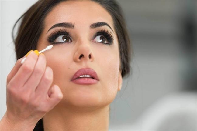 Chỉ cần dùng cọ, tán nhẹ và thêm chút phấn màu mắt là bạn đã có ngay phần trang điểm mắt độc đáo.