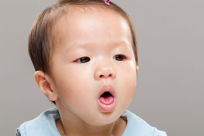 Trẻ sơ sinh bị ngạt mũi và ho, bố mẹ phải làm gì? - Ảnh 1