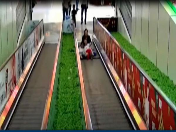 Thót tim clip bé gái bị mắc kẹt chân vào thang cuốn ở trung tâm thương mại - Ảnh 1