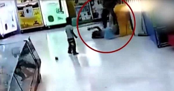 Phẫn nộ clip cha đánh con gái dã man trong siêu thị - Ảnh 2