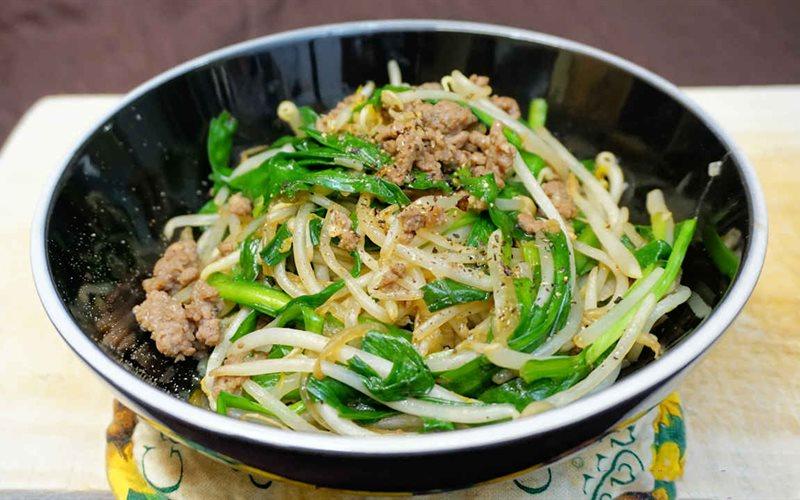 Người bệnh thiếu máu do thiếu sắt nên bổ sung món thịt bò xào giá đỗ vào bữa ăn hàng ngày để cải thiện tình trạng sức khỏe