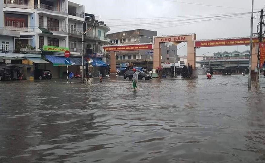 Nha Trang thành biển nước, đèo sạt lở vì bão số 8 - Ảnh 1