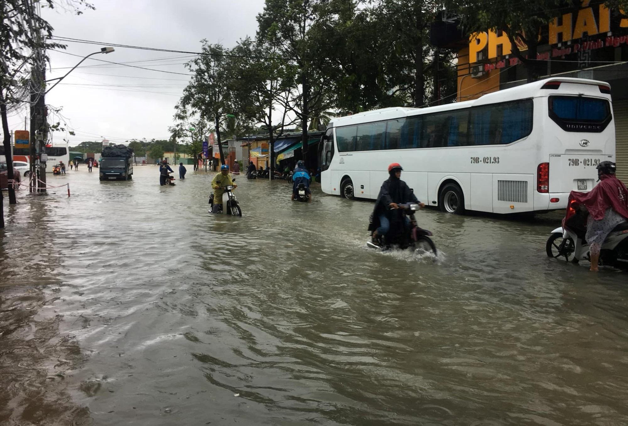 Nha Trang thành biển nước, đèo sạt lở vì bão số 8 - Ảnh 2