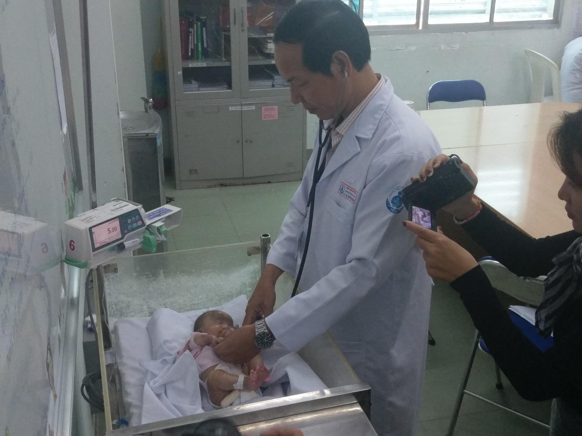Cứu cánh tay cho bé sinh non bị hoại tử do tắc mạch máu, nhiễm trùng huyết - Ảnh 1