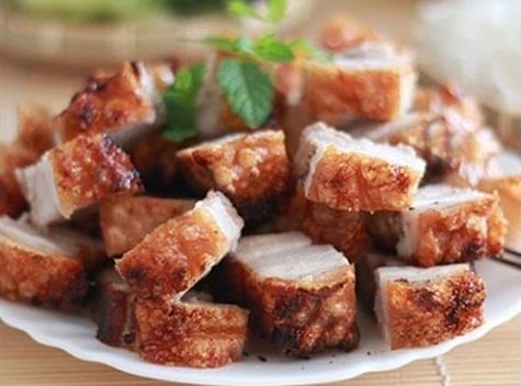 Sau khi chiên xong,vớt thịt ra đĩa đã lót sẵn giấy thấm dầu, đợi nguội rồi xắt miếng vừa ăn