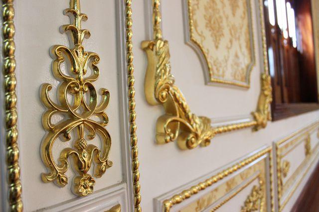 Các chi tiết bên trong căn nhà đều được ốp vàng.