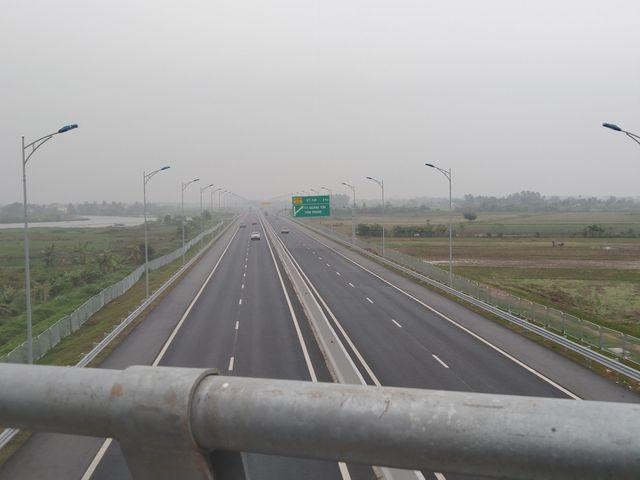 Bắt quả tang 3 học sinh ném đá vào xe ô tô lưu thông trên cao tốc Hạ Long - Hải Phòng - Ảnh 1