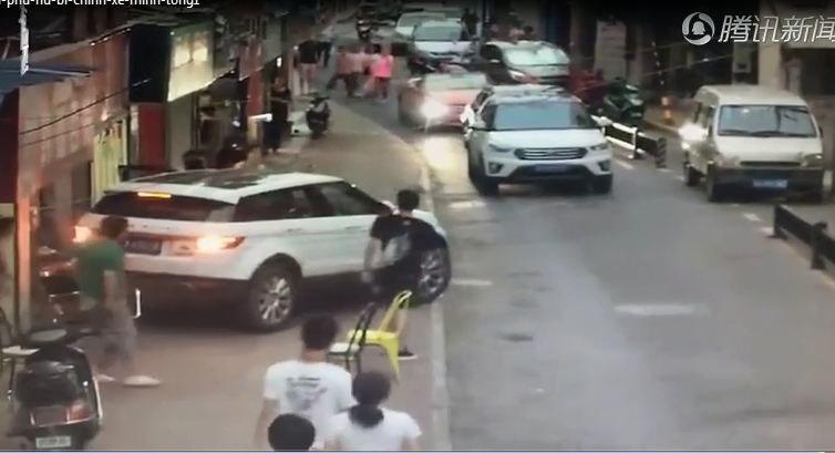 Thót tim clip nữ tài xế bị chính xe ô tô của mình chèn lên người vì quên dừng đỗ - Ảnh 2