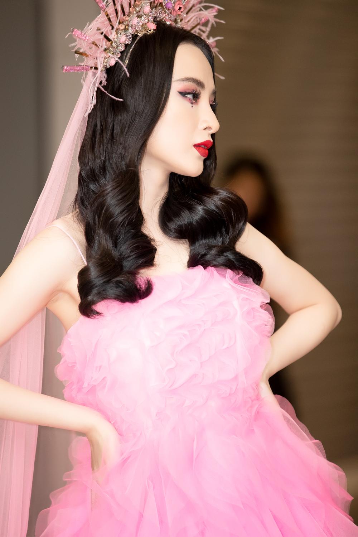 Angela Phương Trinh đầy mê hoặc với gam hồng thời thượng dự show thời trang - Ảnh 3