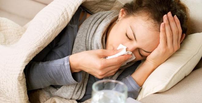 Cảm cúm do phong nhiệt có biểu hiện như sau: Người bệnh có thân nhiệt khá cao, đau đầu, ho, đau họng, nghẹt mũi, miệng luôn trong tình trạng khô khát