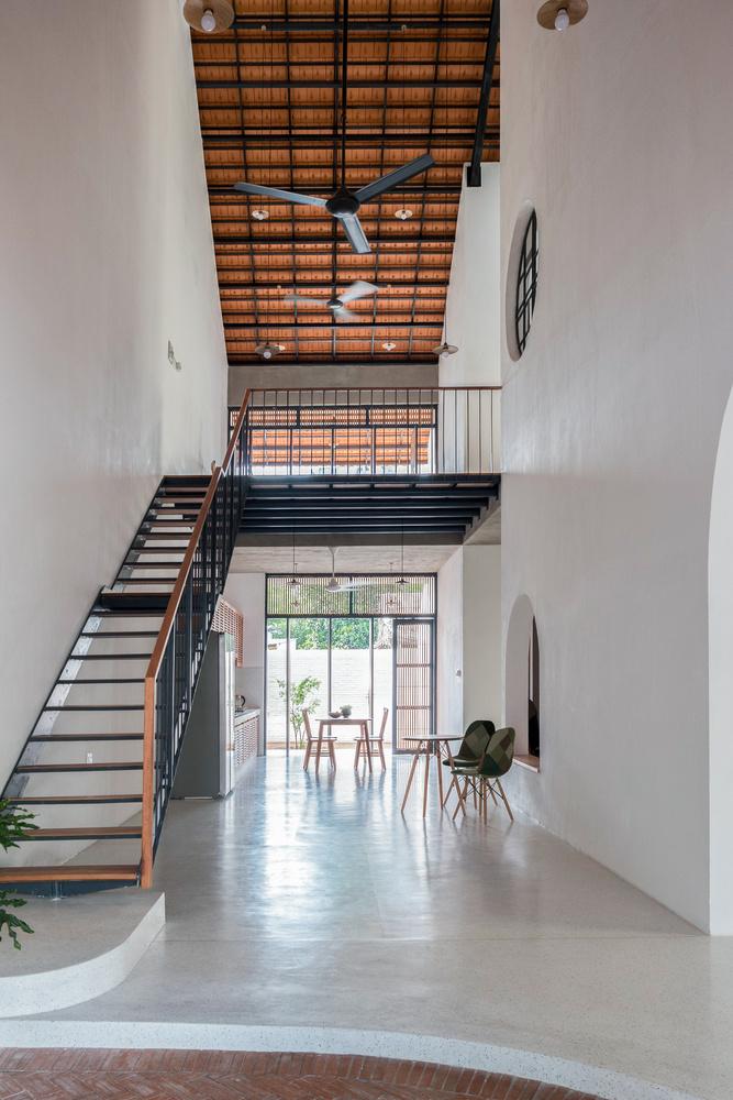 Mái dốc, trải liên tiếp từ đỉnh tầng ba xuống hiên tầng trệt, tạo ra nhiều khoảng thông tầng, giúp không gian nhà như thoáng rộng hơn đồng thời các thành viên trong gia đình dễ dàng nhìn thấy nhau.