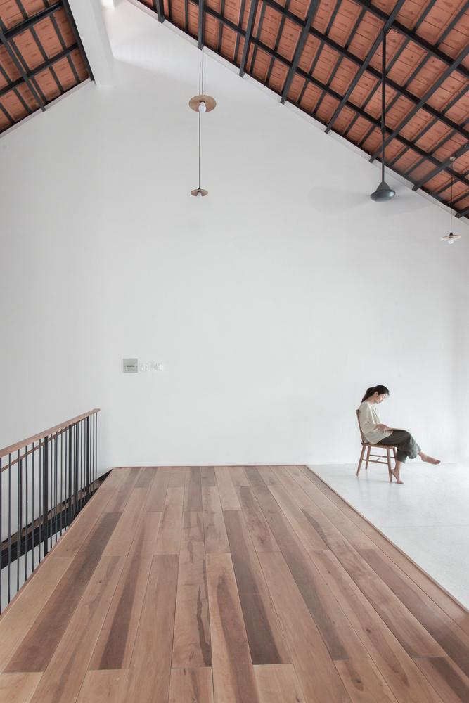 Hệ thống mái lệch giúp cho không khí được lưu thông xuyên suốt theo chiều dọc của nhà.