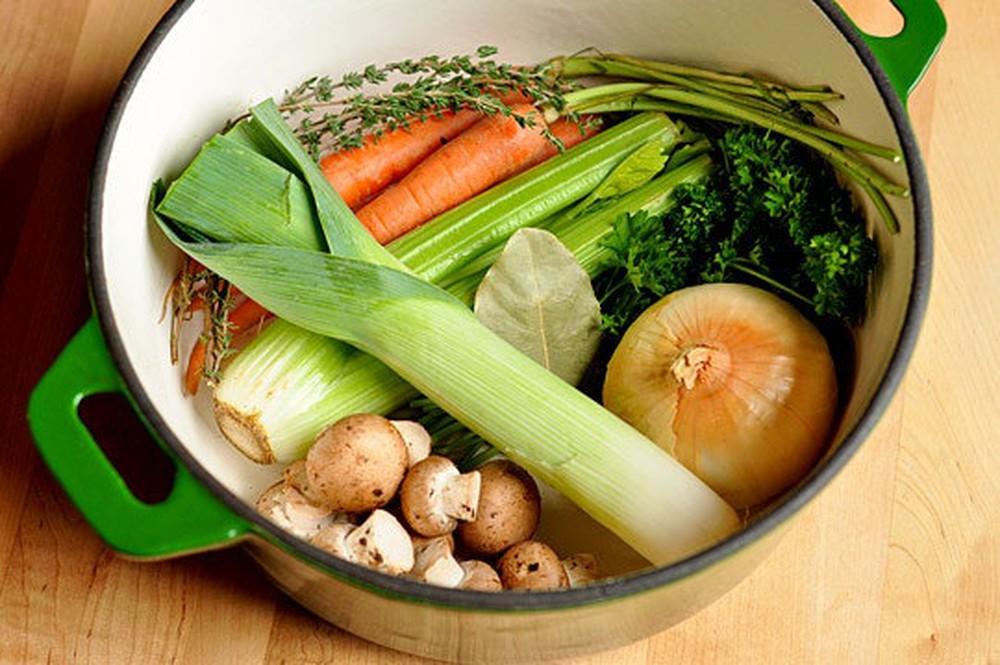 Bật mí công thức nấu nước dùng từ các loại rau củ thơm ngọt cho bé ăn dặm - Ảnh 2