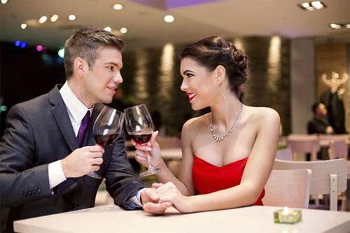 Phụ nữ nên nâng ly trên bàn tiệc nhưng vẫn trong giới hạn cho phép
