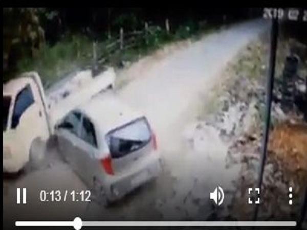 Đang dắt xe đi bộ, người phụ nữ bị ô tô húc văng trên đường - Ảnh 1