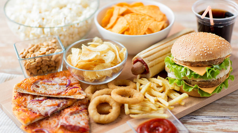 Khi mắc các chứng về xương khớp hãy tránh xa thứcăn nhanh như: pizza, bánh mì kẹp thịt, khoai tây chiên,...