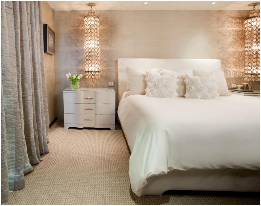 Phía đầu giường được trang trí một cách quyến rũ với hệ thống đèn chùm ánh pha lê tạo cảm giác rất bắt mắt, lộng lẫy.