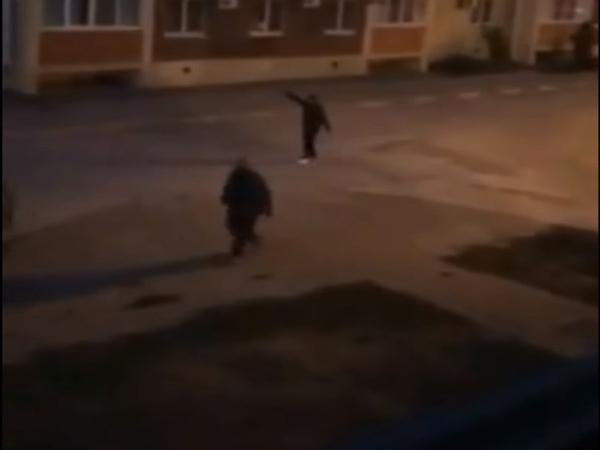 Người đàn ông cầm súng đi tìm kẻ bật nhạc khiến vợ mình mất ngủ