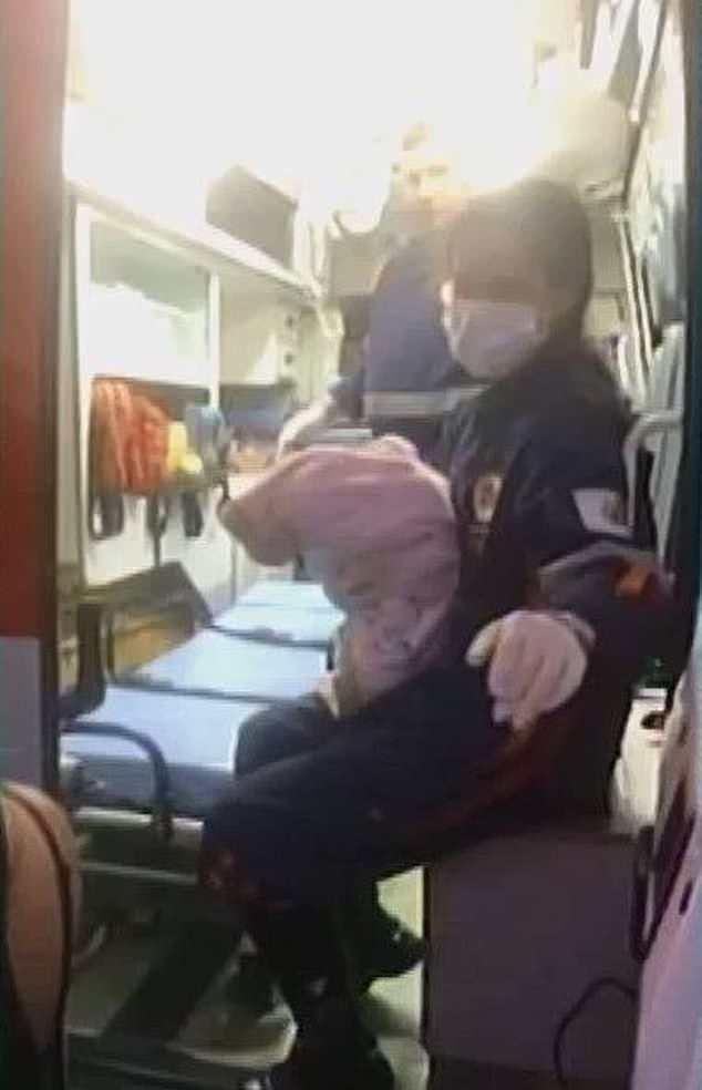 Không muốn mất việc làm, mẹ bế con gái mới sinh bỏ vào thùng rác - Ảnh 3