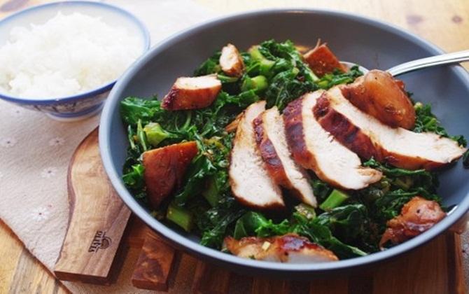 Để tốt cho buồng trứng, bạn nên bổ sung món cải xoăn xào thịt gà vào thực đơn hằng ngày