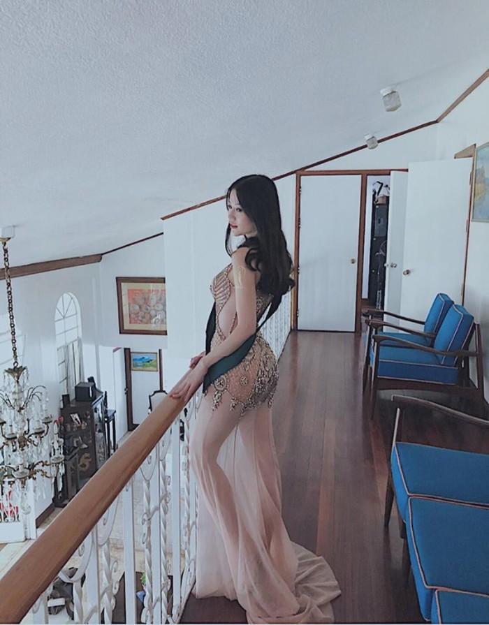 Vóc dáng của tân Hoa hậu Trái đất 2018 khiến người đối diện phải mê mệt. Người đẹp cũng thường xuyên diện những chiếc váy tôn đôi chân dài miên man cùng vòng 3 khủng. Ảnh minh họa: Internet
