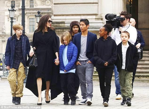 Angelina Jolie vui vẻ đi chơi công viên - Ảnh 6