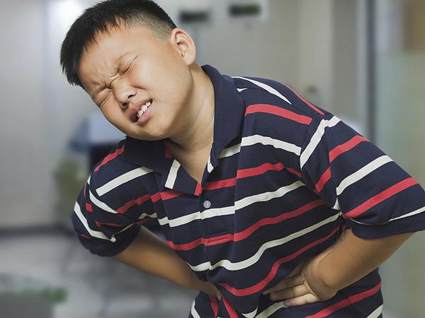 Đau dạ dày ở trẻ em do rất nhiều nguyên nhân vì thế trước hơn hết là bạn cần xem đâu là nguyên nhân gây đau dạ dày ở trẻ em để có phương pháp điều chỉnh cả về chế độ ăn uống, nghỉ ngơi và điều trị hợp lý. Ảnh minh họa: Internet