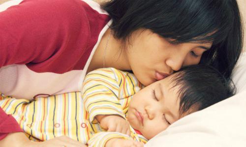Ngủ cùng mẹ trước 3 tuổi giúp trẻ phát triển tối ưu - Ảnh 1