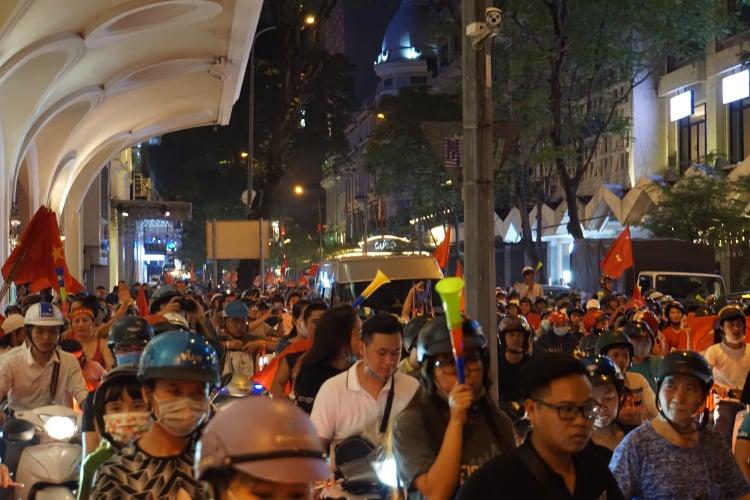 Pháo sáng, cờ hoa rực rỡ Sài Gòn khi triệu người xuống đường ăn mừng Việt Nam vào chung kết AFF Cup 2018 - Ảnh 6