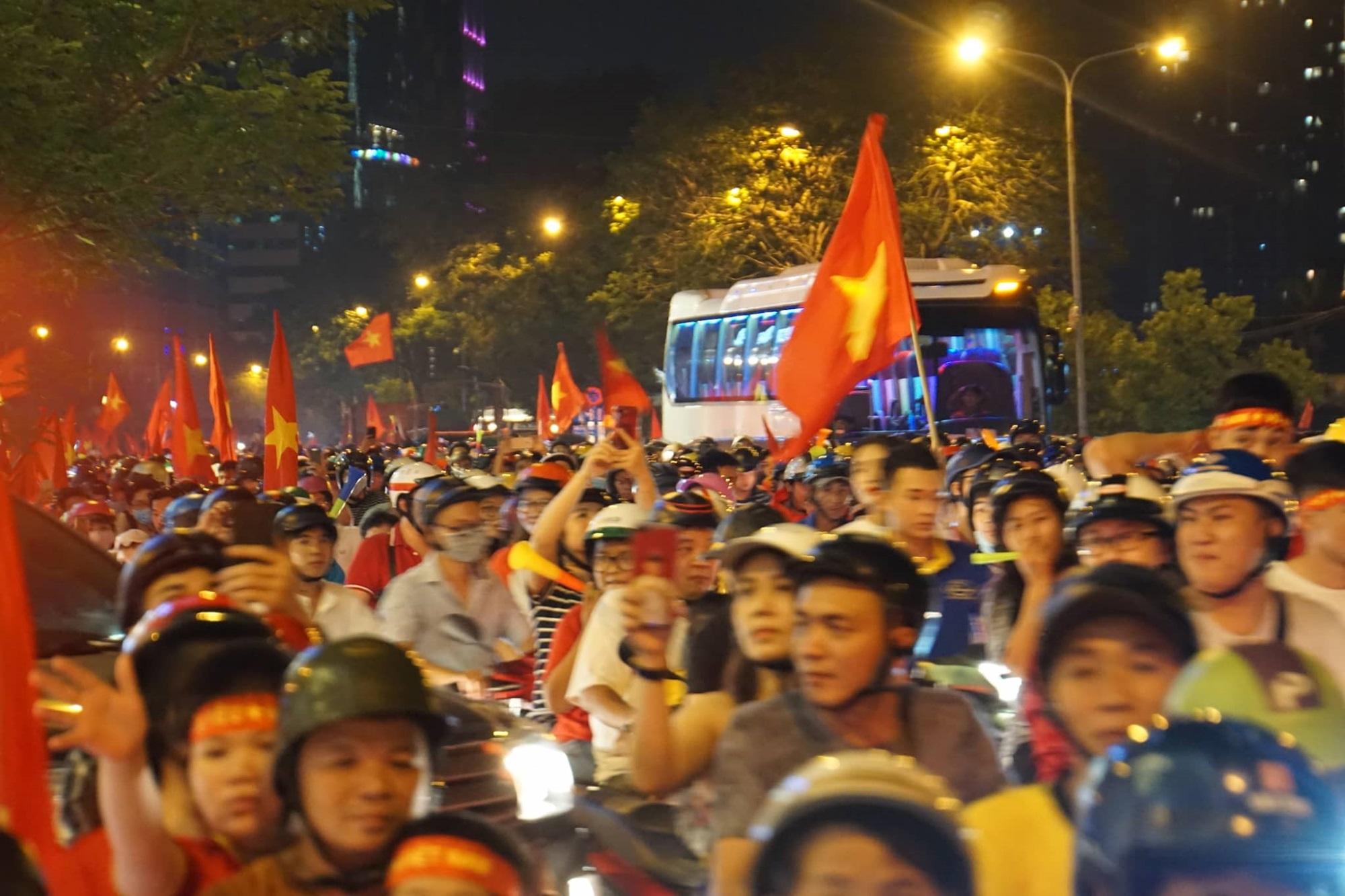 Pháo sáng, cờ hoa rực rỡ Sài Gòn khi triệu người xuống đường ăn mừng Việt Nam vào chung kết AFF Cup 2018 - Ảnh 7