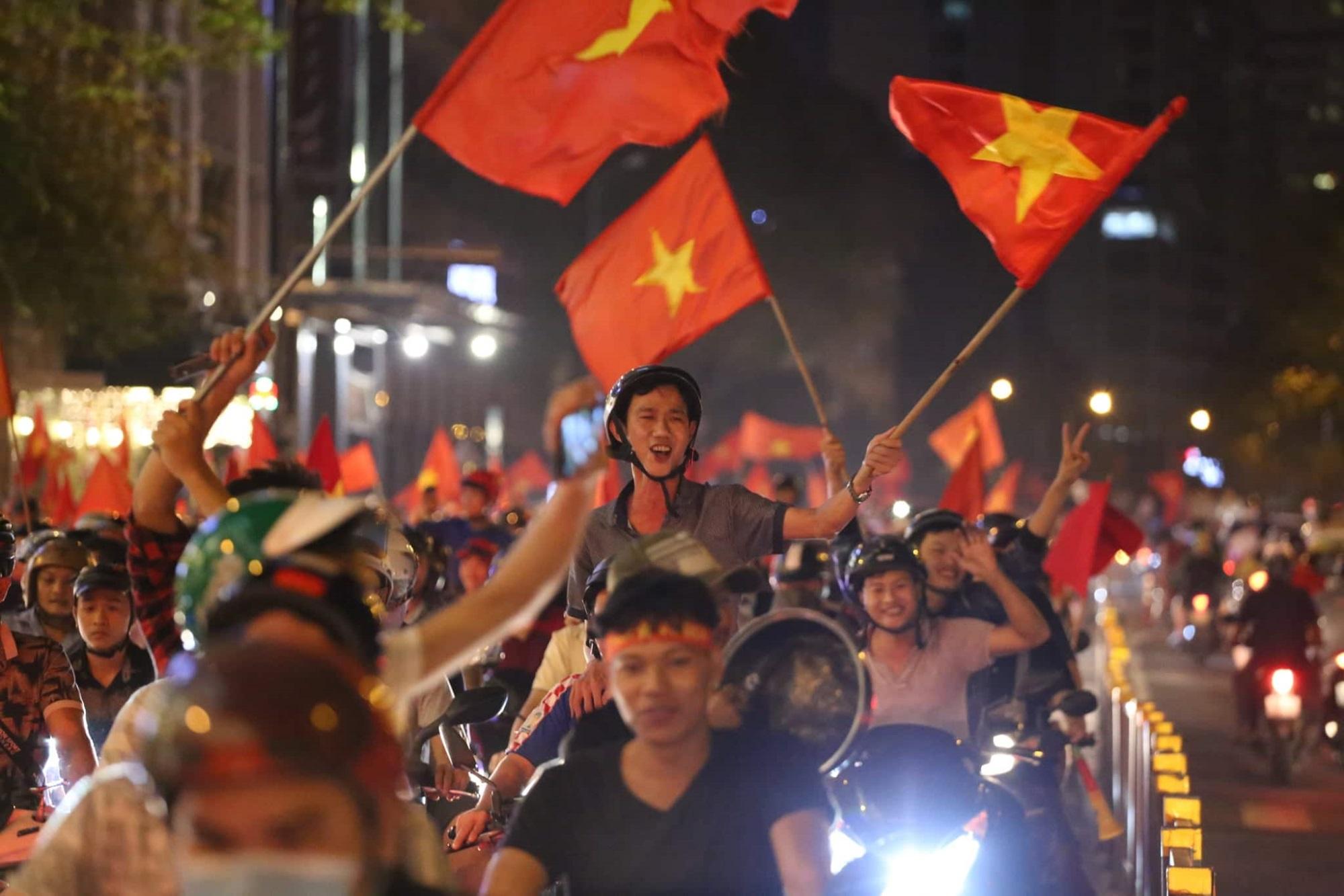 Pháo sáng, cờ hoa rực rỡ Sài Gòn khi triệu người xuống đường ăn mừng Việt Nam vào chung kết AFF Cup 2018 - Ảnh 8