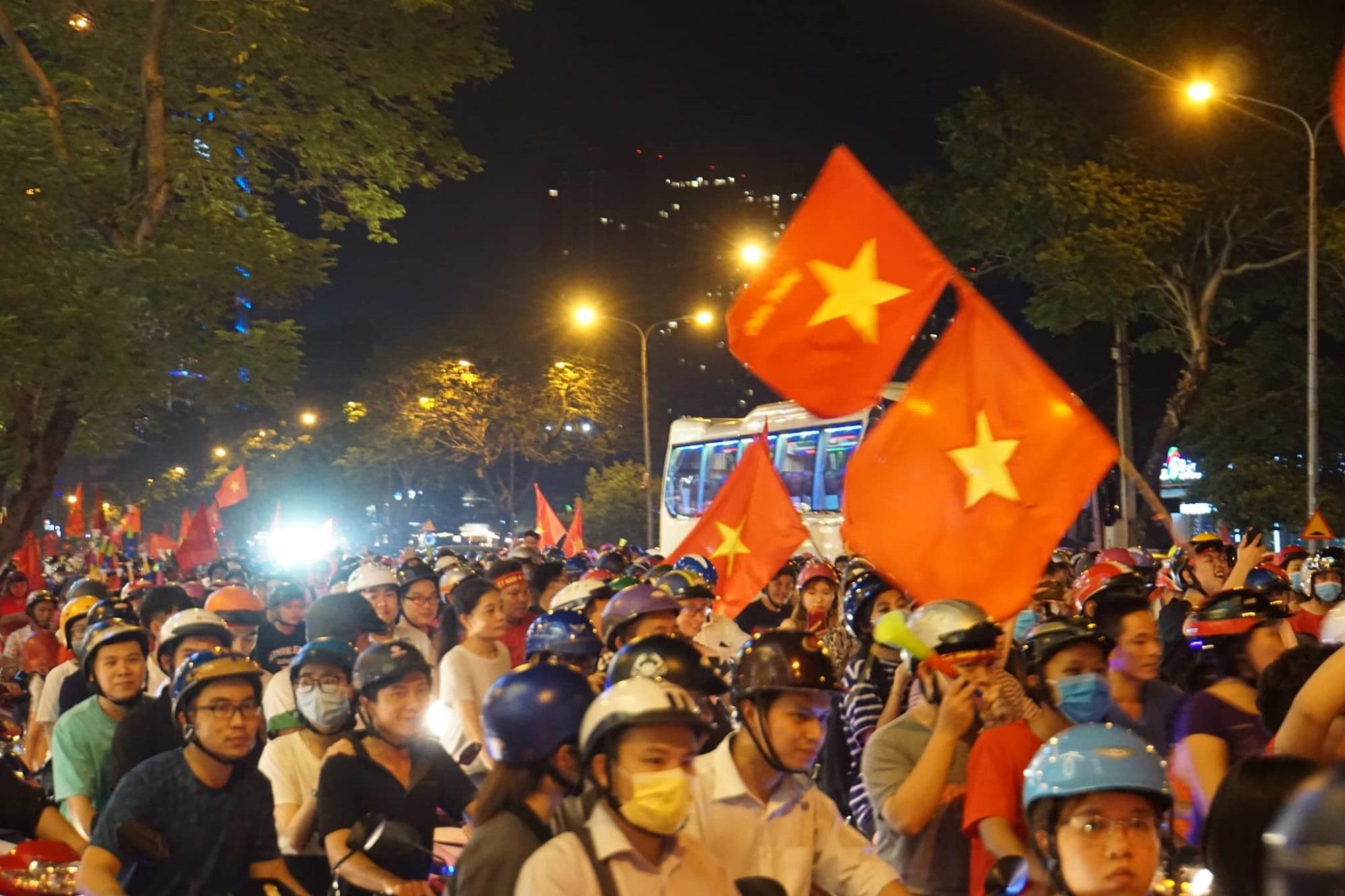 Pháo sáng, cờ hoa rực rỡ Sài Gòn khi triệu người xuống đường ăn mừng Việt Nam vào chung kết AFF Cup 2018 - Ảnh 13