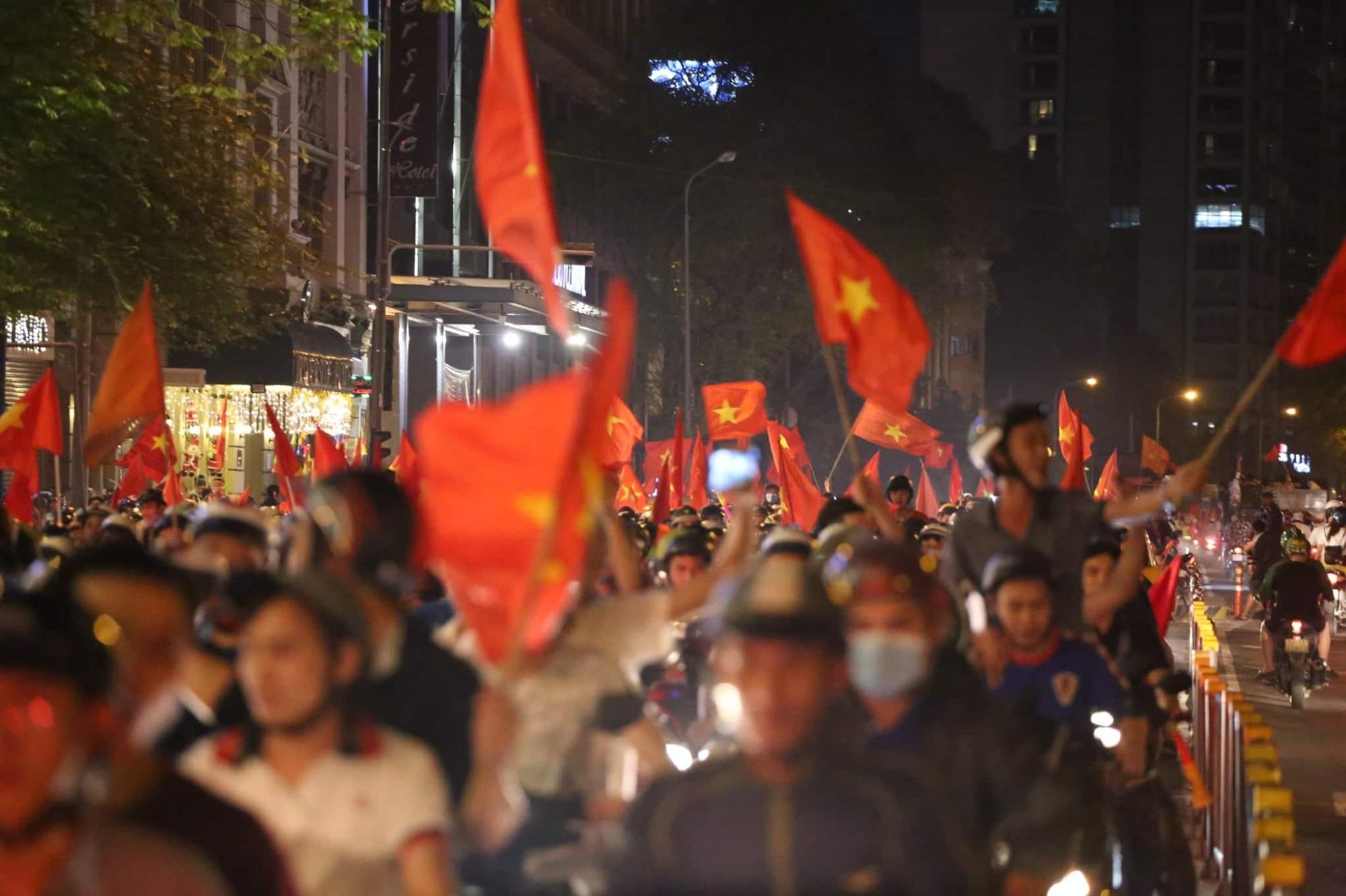 Pháo sáng, cờ hoa rực rỡ Sài Gòn khi triệu người xuống đường ăn mừng Việt Nam vào chung kết AFF Cup 2018 - Ảnh 15
