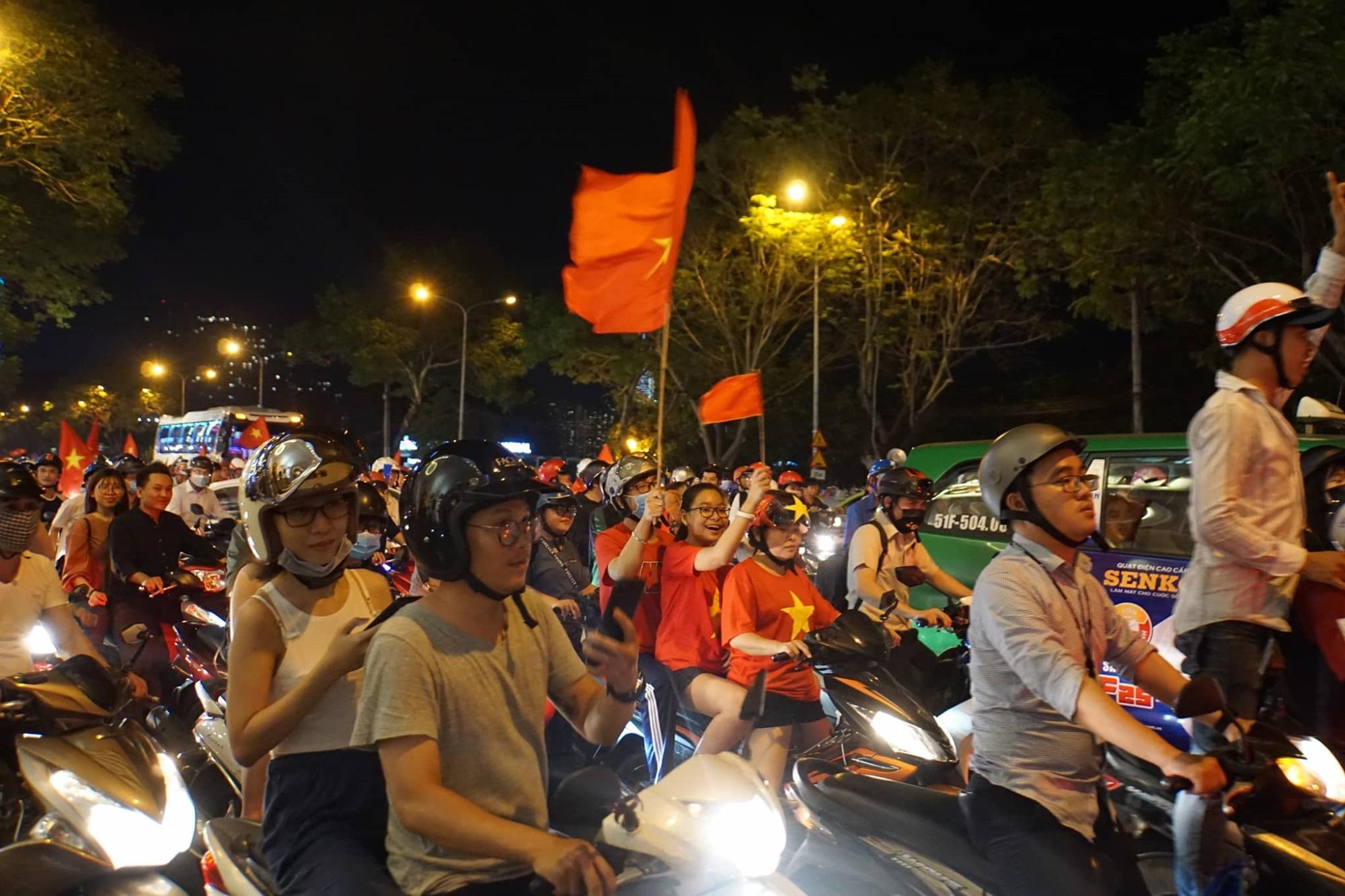 Pháo sáng, cờ hoa rực rỡ Sài Gòn khi triệu người xuống đường ăn mừng Việt Nam vào chung kết AFF Cup 2018 - Ảnh 17