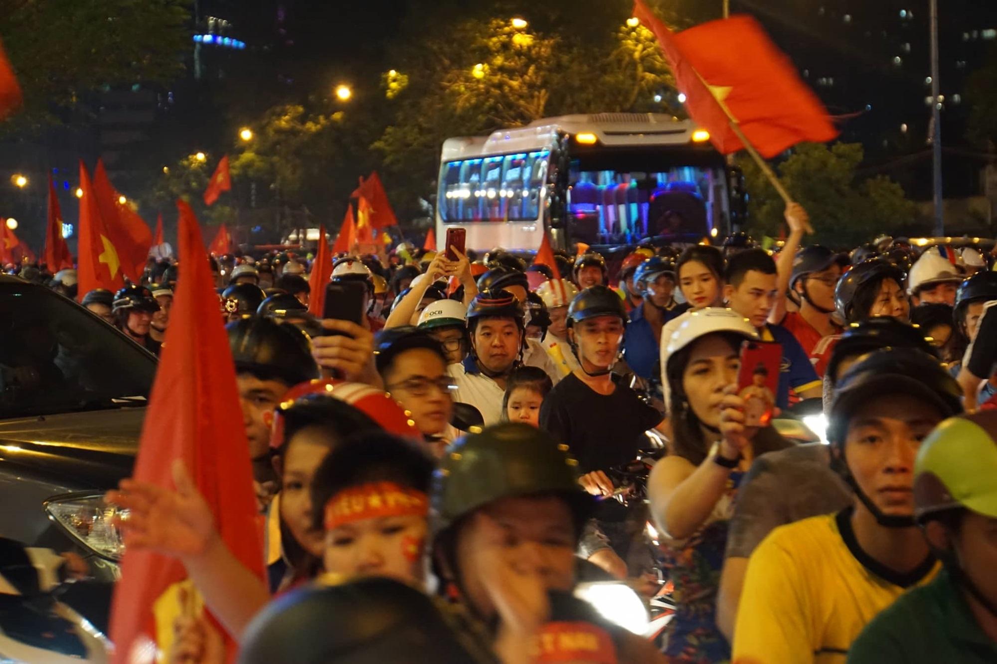 Pháo sáng, cờ hoa rực rỡ Sài Gòn khi triệu người xuống đường ăn mừng Việt Nam vào chung kết AFF Cup 2018 - Ảnh 19
