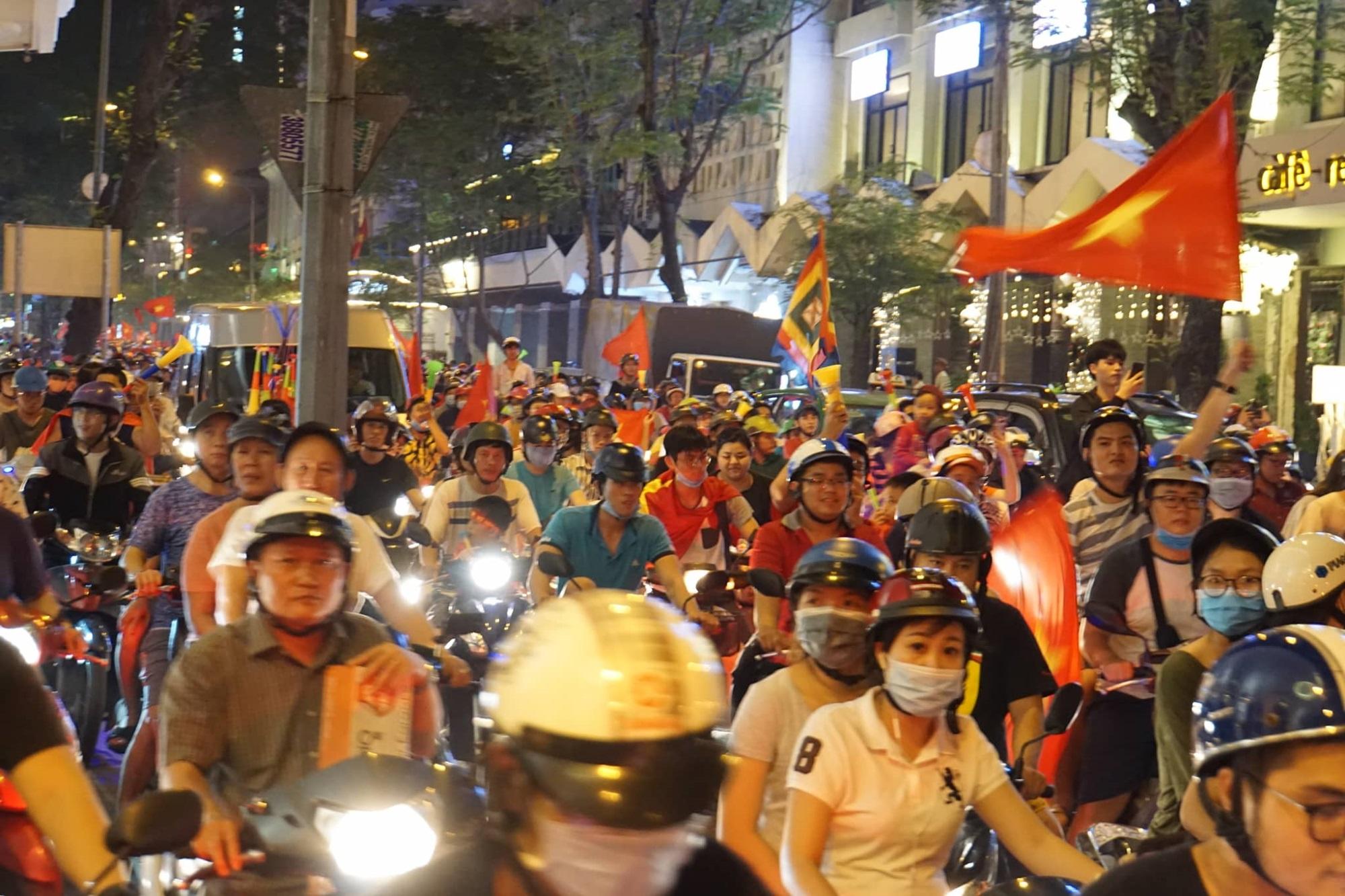 Pháo sáng, cờ hoa rực rỡ Sài Gòn khi triệu người xuống đường ăn mừng Việt Nam vào chung kết AFF Cup 2018 - Ảnh 20