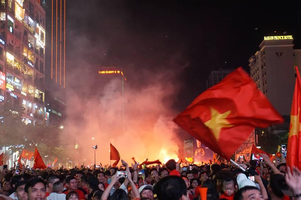 Pháo sáng, cờ hoa rực rỡ Sài Gòn khi triệu người xuống đường ăn mừng Việt Nam vào chung kết AFF Cup 2018 - Ảnh 2