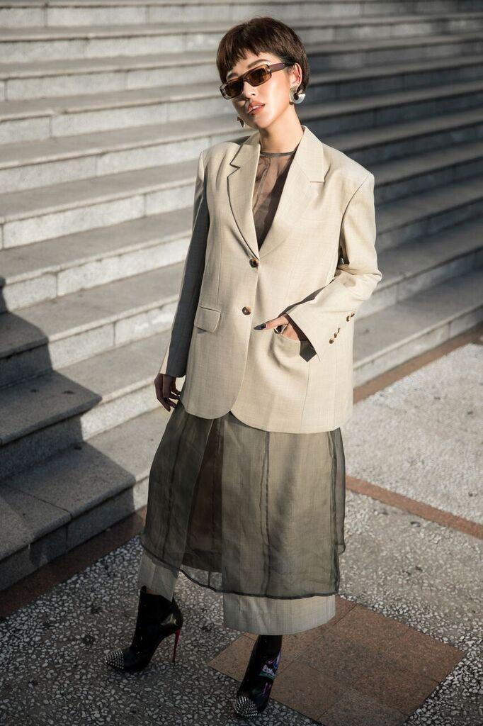 Điểm nhấn của bộ ảnh lần này chính là set đồ cá tính phối giữa chân váy voan xuyên thấu và áo vest oversize mà các tín đồ thời trang thế giới đang ưa chuộng trong những mùa mốt thu đông.