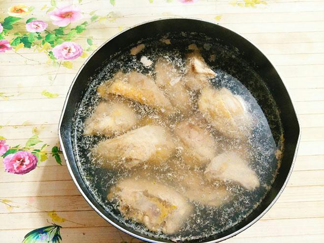 Món canh gà nấu lộc nhung có tác dụng tăng cường sức khỏe, ôn thận bổ dương