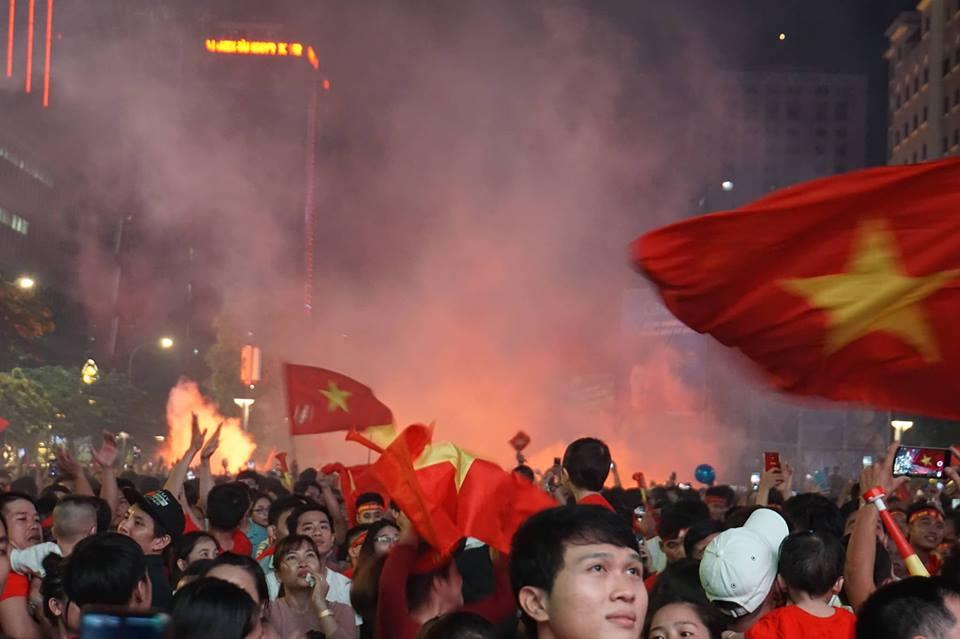 Pháo sáng, cờ hoa rực rỡ Sài Gòn khi triệu người xuống đường ăn mừng Việt Nam vào chung kết AFF Cup 2018 - Ảnh 3