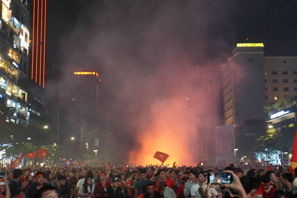 Pháo sáng, cờ hoa rực rỡ Sài Gòn khi triệu người xuống đường ăn mừng Việt Nam vào chung kết AFF Cup 2018 - Ảnh 4