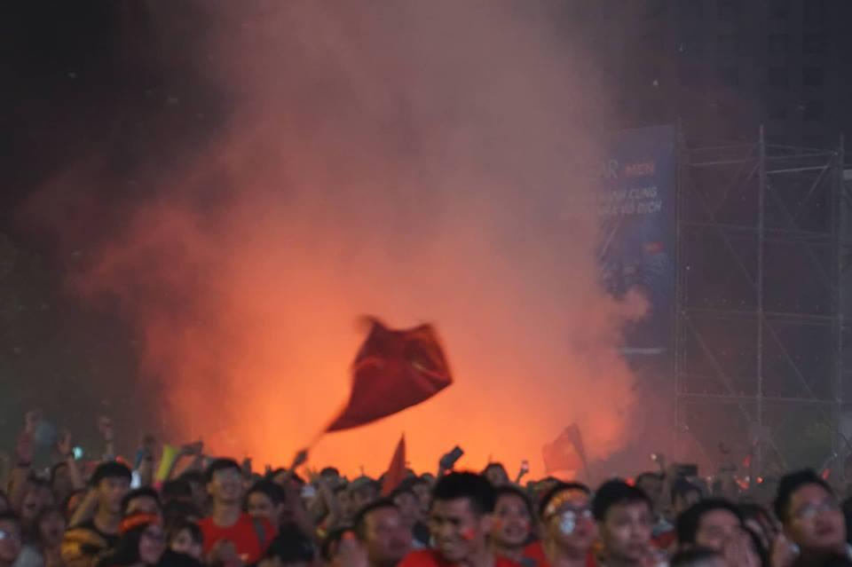 Pháo sáng, cờ hoa rực rỡ Sài Gòn khi triệu người xuống đường ăn mừng Việt Nam vào chung kết AFF Cup 2018 - Ảnh 5