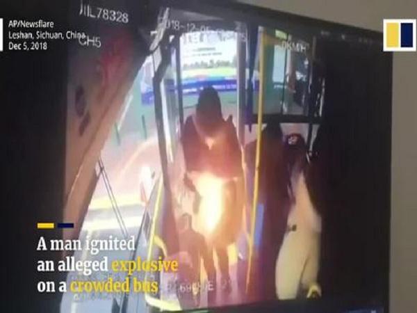 Người đàn ông ôm bọc thuốc nổ lên xe buýt và ném vào trong
