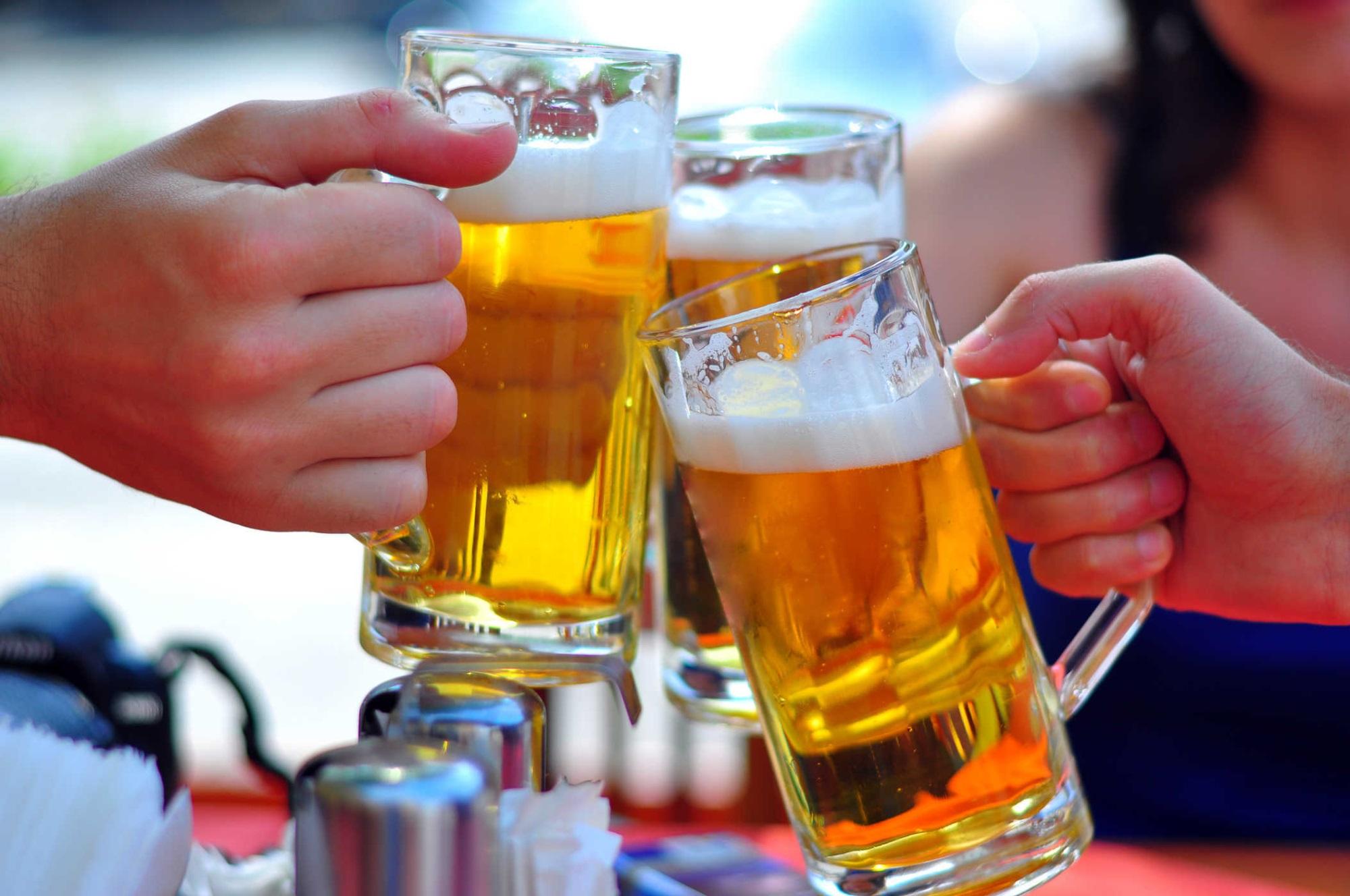 Uống bia kết hợp với ngồi quá lâu mà không vận động và ăn liên tục sẽ làm bụng phệ nhanh chóng hơn