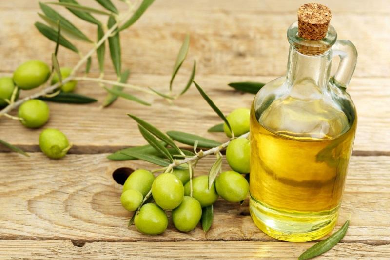 Phục hồi tóc hư tổn bằng dầu oliu được nhiều chị em áp dụng.