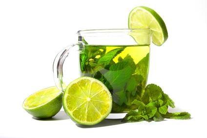 Bạn có thể kết hợp nước lọc cùng một số nguyên liệu có khả năng giảm cân như chanh, trà xanh, bạc hà... - Ảnh: Internet