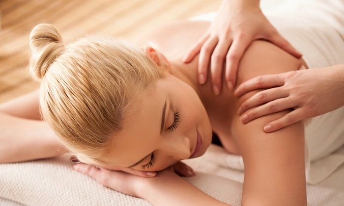 Massage là phương pháp làm đẹp sau khi sinh không thể bỏ qua