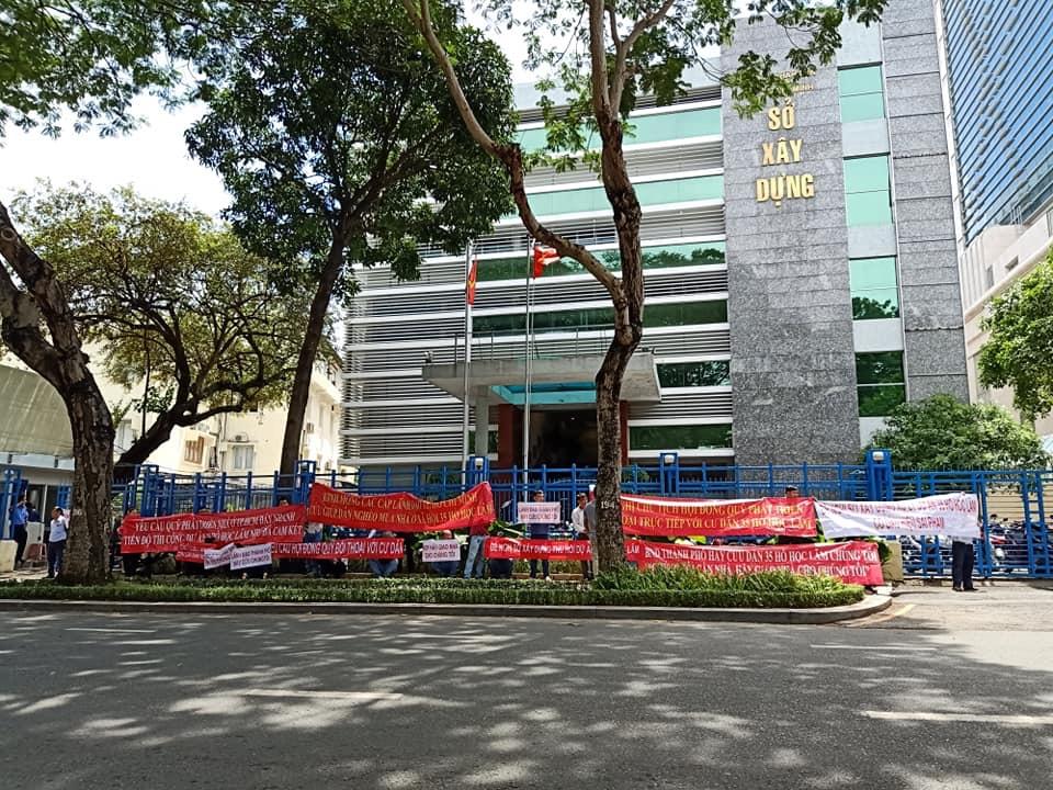 """Dân mua nhà ở xã hội 35 Hồ Học Lãm """"quậy tưng"""" Sở Xây dựng TP.HCM - Ảnh 1"""